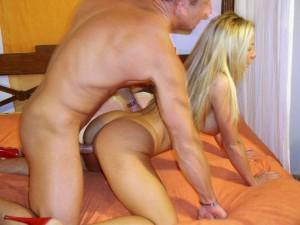 Belle blonde bonne suceuse pour éjaculation faciale