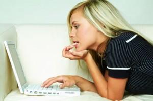 Femme qui vient de recevoir des messages pour trouver un plan cul sur internet