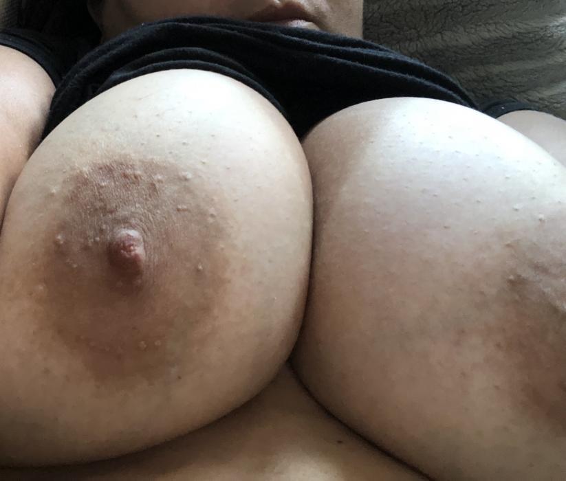 Pénétration dans l'anus serré de la femme ronde en gros plan